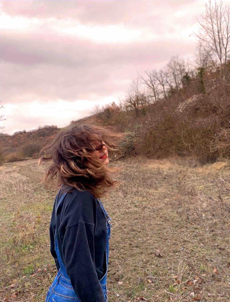 Paysage rose nature cheveux vent salopette