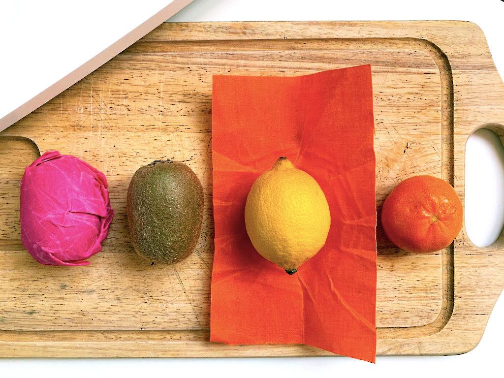 Fruits sur planche en bois bee wrap emballage kiwi citron clémentine