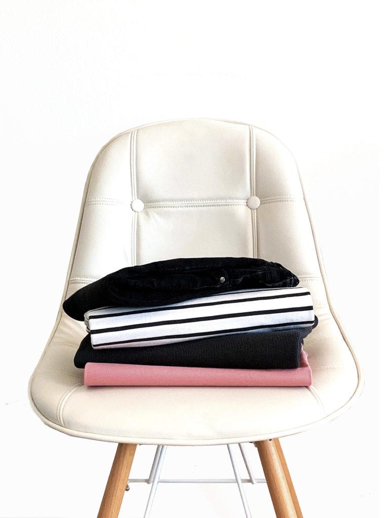 chaise scandinave minimaliste pile de vêtements