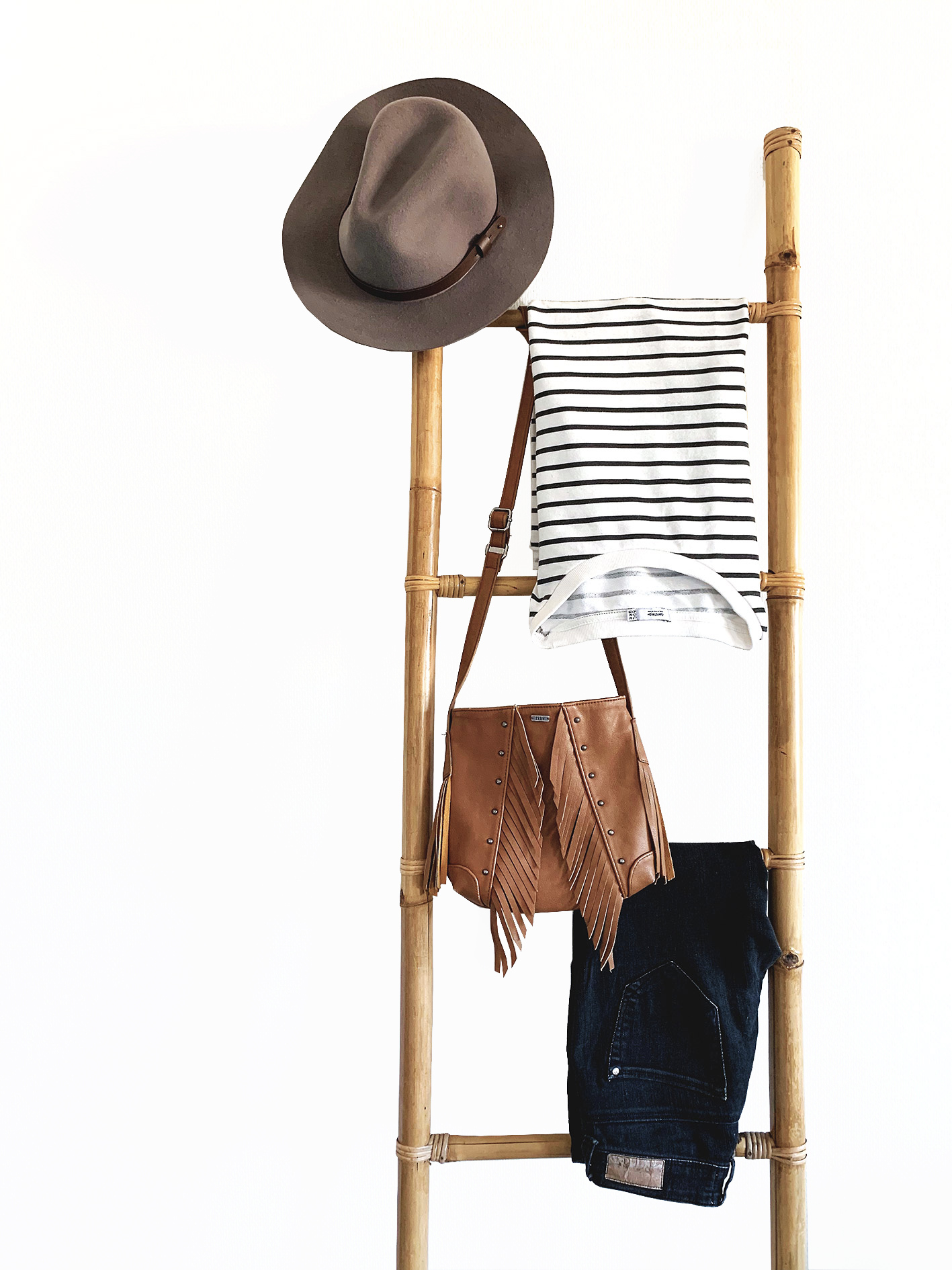 échelle bambou vêtement chapeau pantalon sac à franges