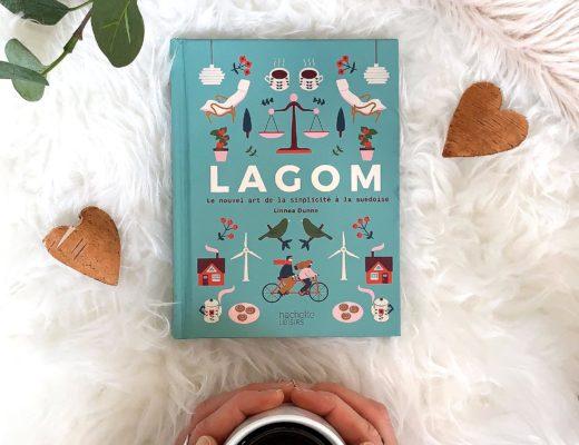 Livre Lagom bleu café fika mains