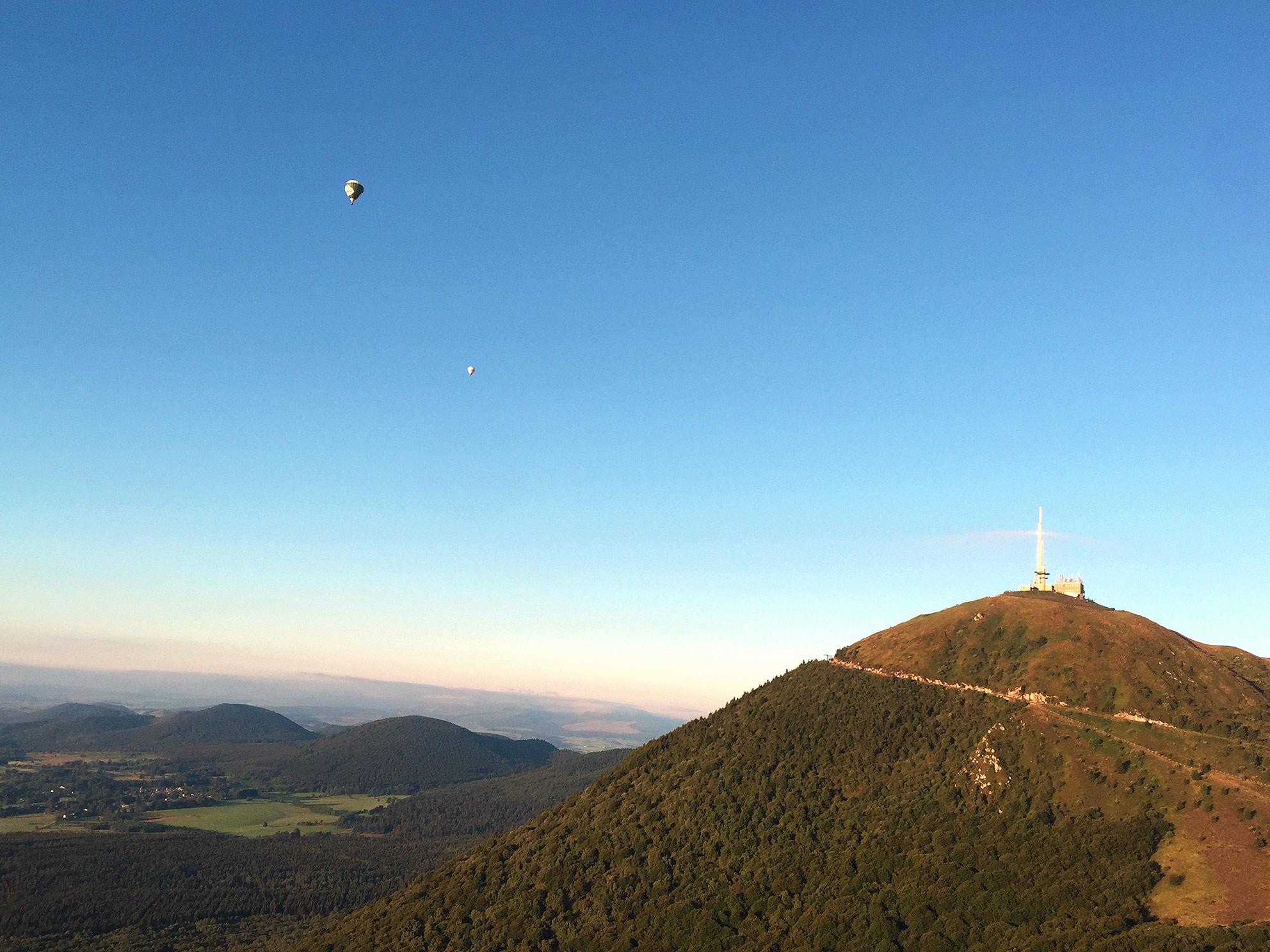 puy de Dôme montgolfière ciel bleu volcan