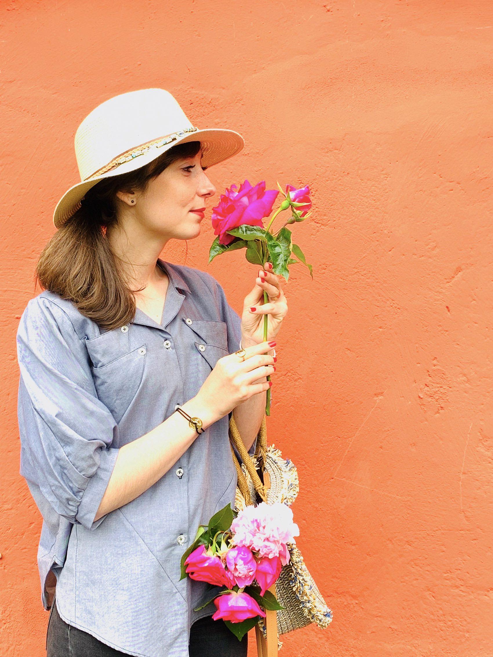 fille rose fleurs mur chemisier atelier maoli carrousel