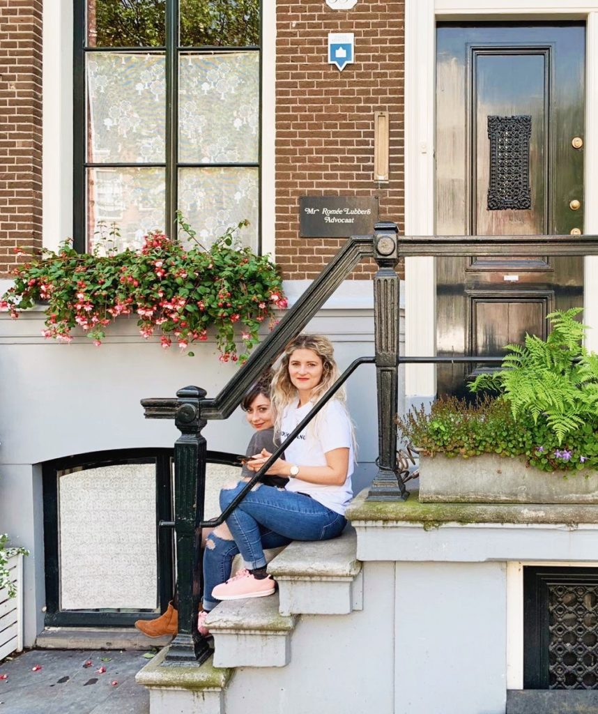 Amsterdam deux filles copines devanture maisons