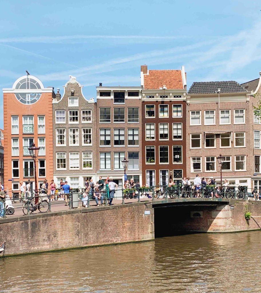 Amsterdam paysage maisons canal vélos