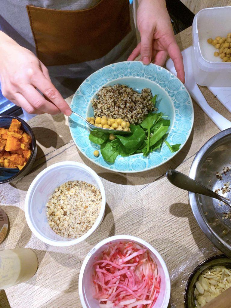 préparation buddha bowl quetzal café victoria