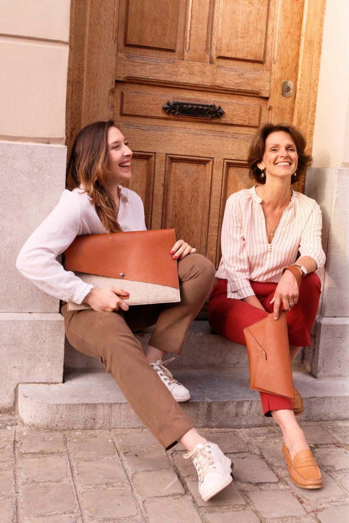 ethique deux femmes sacs pantalon rouge sourire